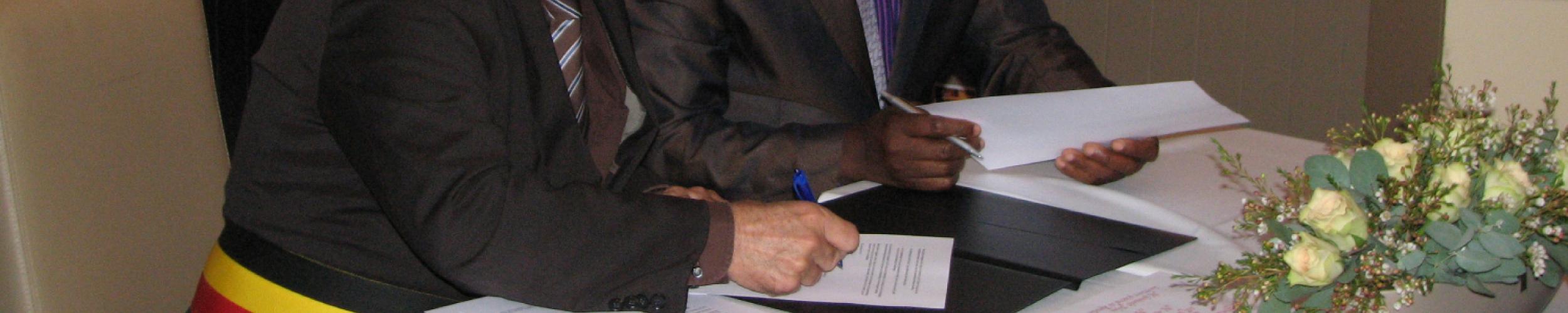 Burgemeesters van Roeselare en Dogbo ondertekenen de samenwerkingsovereenkomst.